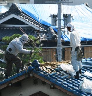 地震で損壊した住宅の屋根(25日、大阪府高槻市)