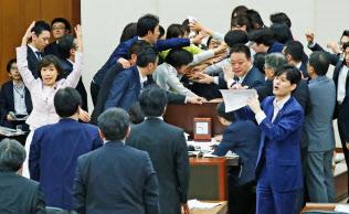 経済界と永田町の時間軸のずれは大きい(働き方改革関連法案の採決で混乱する国会)