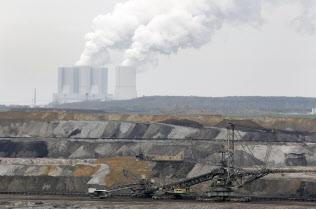 ドイツ東部ザクセン州の露天掘り炭鉱と石炭火力発電所=ロイター