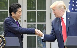 6月7日の日米首脳会談で新通商協議の7月開催を合意。両首脳は共同記者会見で握手したが……
