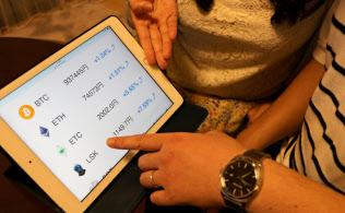 タブレット端末で仮想通貨の値動きを確認するのが夫婦の日課