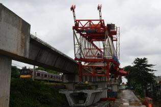 8日、ジャカルタの鉄道工事現場で倒れたクレーン(柏原敬樹撮影)