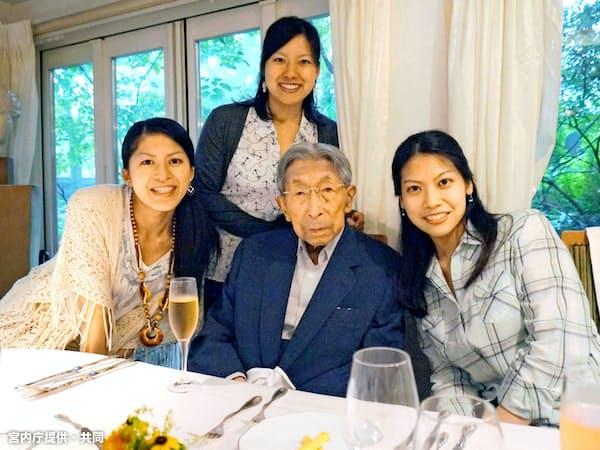 祖父の三笠宮さまを囲む高円宮家の三女、絢子さま(上)(2014年8月、左は長女の承子さま、右は次女の千家典子さん)=宮内庁提供・共同