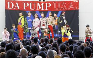 販売イベントで新曲「U.S.A.」を披露するDA PUMP(千葉市)
