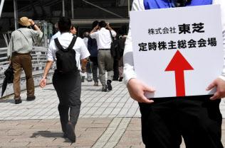 東芝の株主総会に向かう株主ら(27日午前、千葉市美浜区)