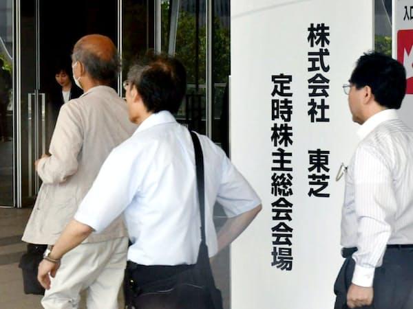 東芝の株主総会に向かう株主(27日午前、千葉市美浜区)