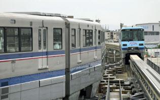 20日に一部区間で運転を再開した大阪モノレール(21日)=共同
