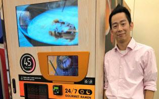 YO-KAIエクスプレスの自販機は熱々のラーメンを45秒で提供。設置面積は約1畳。アンディ・リンCEOは味へのこだわりを強調する