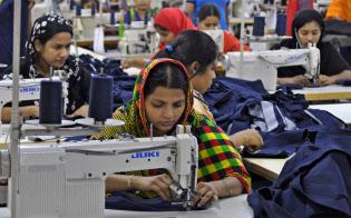 バングラデシュは縫製産業における「世界の工場」となっているが、労働環境の改善は継続的な課題だ(首都ダッカ郊外の縫製工場)