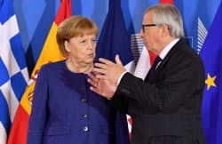 移民・難民政策で難しい調整を続けるメルケル独首相(左)とユンケル欧州委員長=ロイター