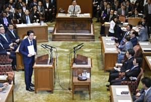 党首討論で、立憲民主党の枝野代表(右手前から3人目)の質問に答える安倍首相(27日午後、国会)=共同
