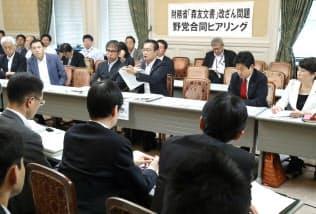 森友問題に関連する省庁の幹部(手前側)からヒアリングをする野党議員(21日、国会内)