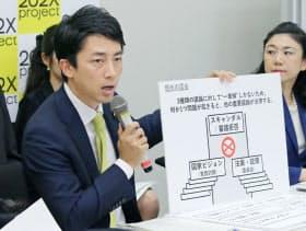 政治改革の提言を発表する自民党の小泉筆頭副幹事長(左)(27日午後、東京・永田町)
