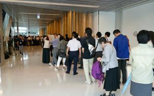 スルガ銀の株主総会では開場前から株主が列を作った(静岡県沼津市)