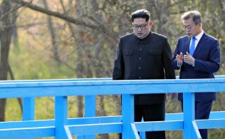 軍事境界線近くを散策する、北朝鮮の金正恩朝鮮労働党委員長(左)と韓国の文在寅大統領=4月27日、板門店(韓国共同写真記者団・共同)