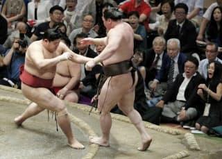 先場所6日目、阿炎(左)に押し出しで敗れた白鵬=共同