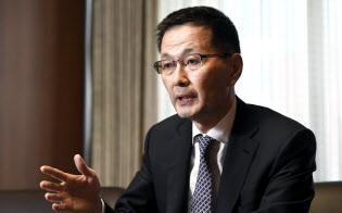インタビューに答える日銀の若田部昌澄副総裁(27日、日銀本店)