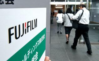 富士フイルムホールディングスの株主総会に向かう株主ら(28日午前、東京都港区)
