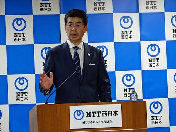 就任会見に臨むNTT西日本の小林新社長(28日、大阪市)