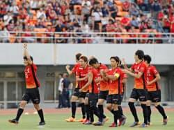 パロマ瑞穂スタジアムで改めて行われたPK戦で、奈良クラブに勝利した名古屋(28日午後、名古屋市)=共同