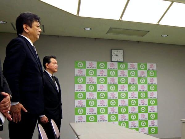 富岡町の宮本町長(右端)の要請を聞く東電の小早川社長(左端)=28日、福島県富岡町