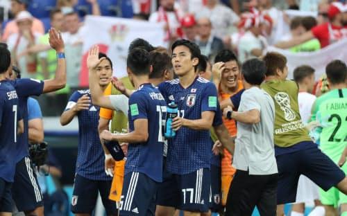 ポーランドに敗れたが、決勝トーナメント進出を決め喜ぶ日本イレブン
