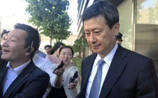 株主総会に参加後、会場のロッテ本社を立ち去る重光宏之氏(東京都新宿区)