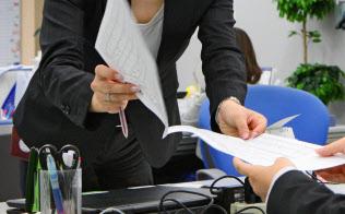 女性らの労働参加はピークに近づきつつある(オフィスで働く女性管理職=東京・新宿)