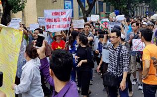 ベトナムの首都ハノイでは6月10日、経済特区で中国企業などに土地を貸せるようにする政府の計画に多くの住民が抗議の声を上げた=ロイター