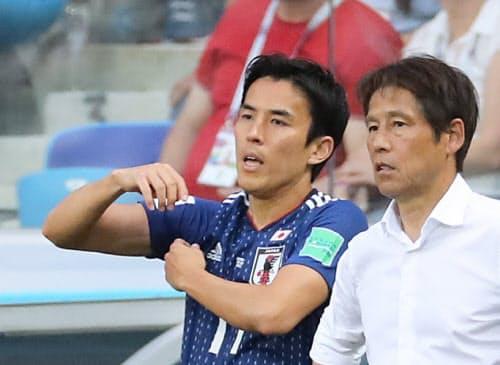 長谷部(左)は主将として西野ジャパンを支えた=三村幸作撮影