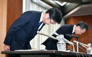 記者会見で蓄電池のデータ改ざんを謝罪する日立化成の丸山寿社長兼CEO(左)(29日午後、東京都中央区)