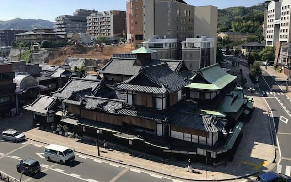 近くの冠山から臨む道後温泉本館。最も古い部分は完成から120年以上(松山市)