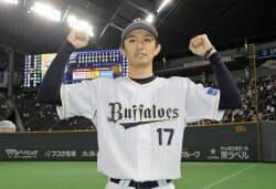 20セーブ目を挙げ、12球団全てからセーブをマークしたオリックス・増井(29日、札幌ドーム)=共同