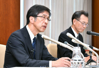蓄電池のデータ改ざんについて記者会見する日立化成の丸山寿社長兼CEO(左)(29日午後、東京都中央区)