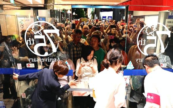 多くの来店客に見守られながら閉店する丸栄(30日、名古屋市中区)
