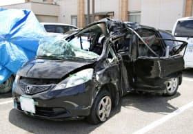 中央分離帯に衝突する事故を起こした乗用車(1日午後、岡山市)=共同