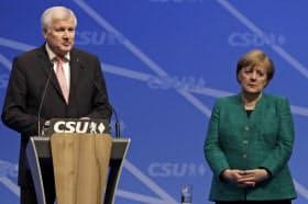 ドイツのゼーホーファー内相(左)とメルケル首相=AP