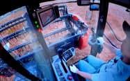操縦レバーを離していても自動で旋回や刈り取りをこなす(千葉県柏市)