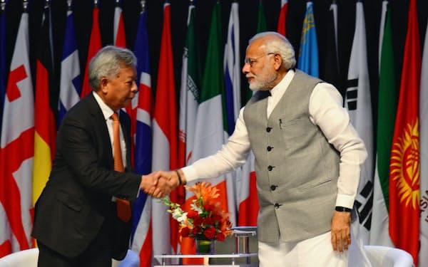 インドのモディ首相(右)はAIIBに大きな期待を表明した。(左は金立群AIIB総裁)