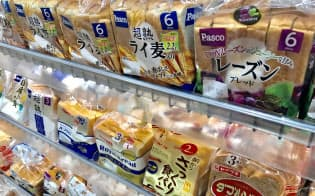 パンはレーズン入りのものを中心に値上げが相次ぐ(都内のスーパー)
