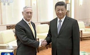 習近平国家主席(右)はマティス米国防長官との会談でもこれまでより融和的な姿勢を示した=共同