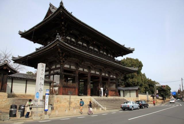 仁和寺は宇多天皇が888年に創建した(写真は二王門)