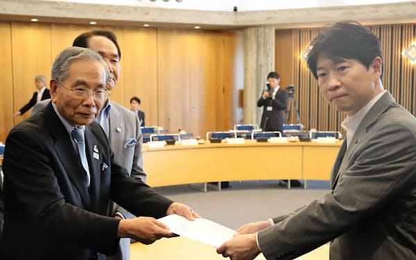 四国新幹線整備促進期成会の千葉昭会長は、新幹線の実現に向け伊原木隆太岡山県知事(右)に要望書を手渡した