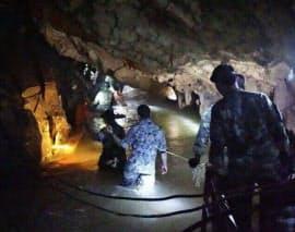 タイ北部の洞窟捜索の状況=タイ海軍特殊部隊提供・共同