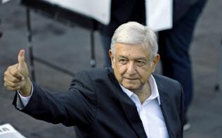 メキシコ次期大統領のロペスオブラドール氏は公約実現に前進(1日、メキシコシティ)=AP