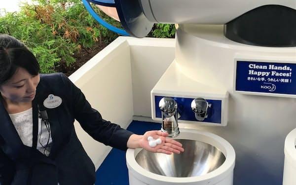 手洗い用設備からはミッキーマウス型の泡が出る