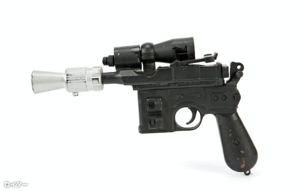 映画「スター・ウォーズ ジェダイの帰還」でハリソン・フォードさん演じるハン・ソロが使用したブラスター銃=ロイター