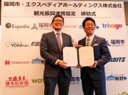 連携協定を結んだ高島市長(右)とダイクス社長(福岡市)