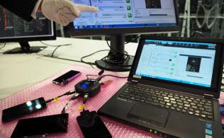 パソコンだけでなく、スマートフォンの情報解析も調査の要に(東京・港、デジタル鑑識の様子)