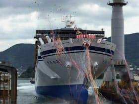 進水する新造フェリー「きたかみ」(三菱重工業下関造船所)